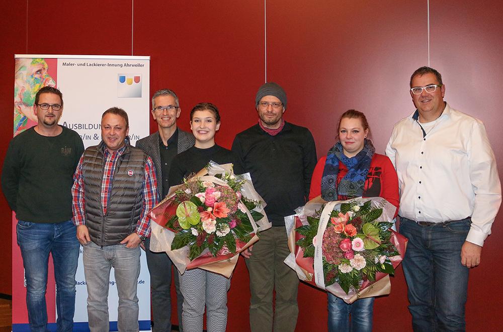 Der Vorstand der Maler- und Lackierer-Innung unter Obermeister Francois Etscheid gratuliert der Bundessiegerin Antje Harz sowie der Sprecherin vom Gesellen-Stammtisch Tamara Adenheuer